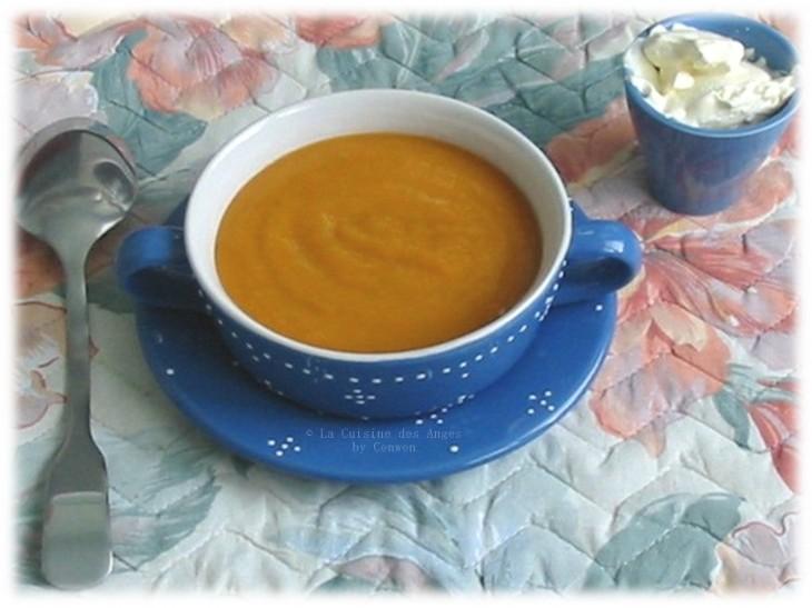 Recette de soupe à base de tomates fraiches, de pommes de terre, d'ail, d'oignon et de bouillon