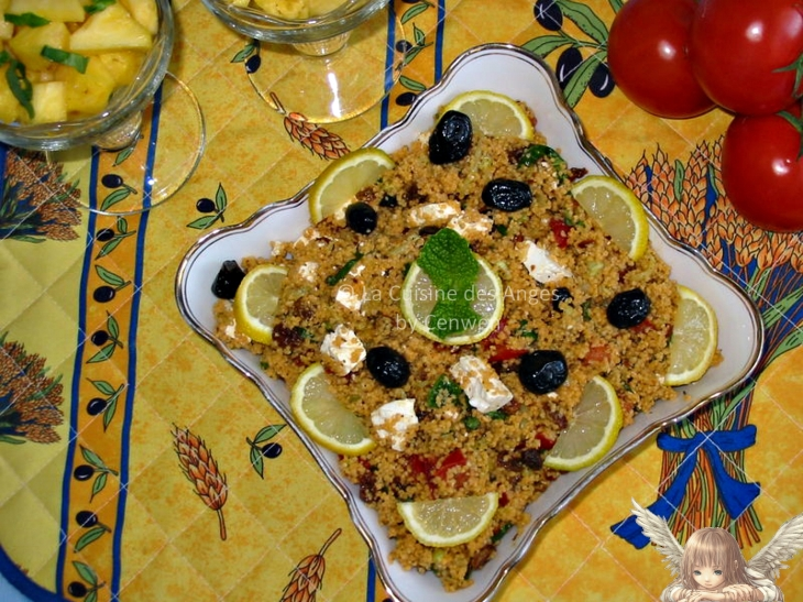 recette de taboulé, rapide, avec de la semoule, du concombre, de la tomate, de la menthe et des raisins secs, de la fêta et des olives noiress
