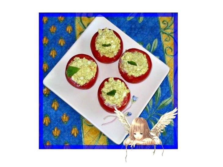 recette de salade d'oeufs durs avec une mayonnaise au curry présentée dans des tomates évidées