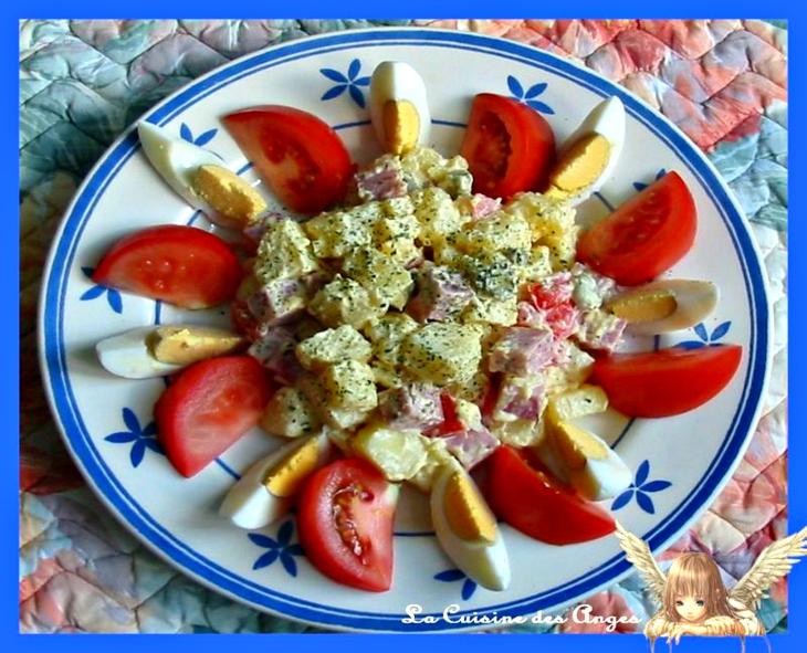 recette économique, salade piémontaise classique à base de pommes de terre, mayonnaise, oeufs durs, tomates et cornichons