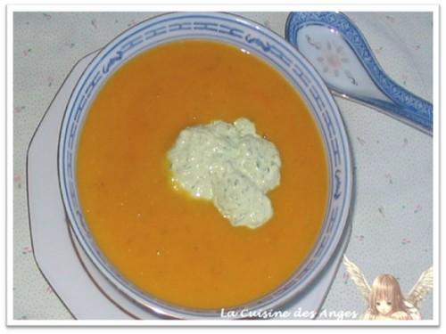 Recette de soupe maison pleine de légumes accompagnée d'une petite crème à base d'olives vertes et de crème fraiche