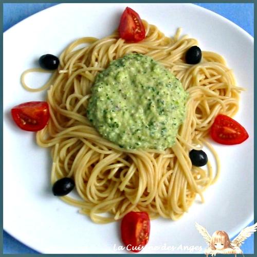 Recette de sauce pour pâtes, comme un pesto à base de courgettes, de parmesan et de noisettes