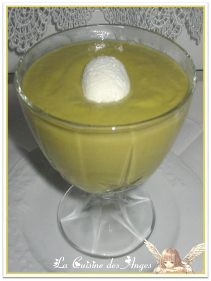 Recette de velouté, soupe au petits pois, pommes de terre et wasabi, accompagnée d'une quenelle de fromage de chèvre frais
