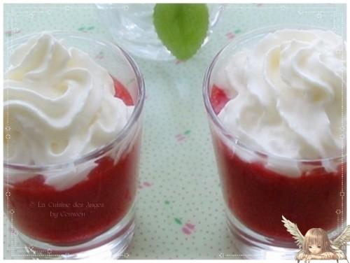 Recette de dessert à base de fraises mixées avec un peu de jus de citron, servies dans des verres avec de la chantilly et une paille