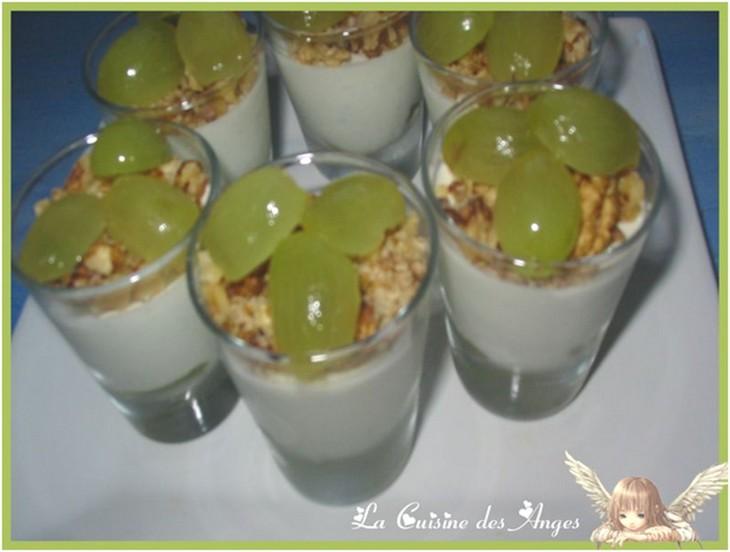 Verrines de crème à base de Roquefort, décorées de grains de raisins et de cerneaux de noix