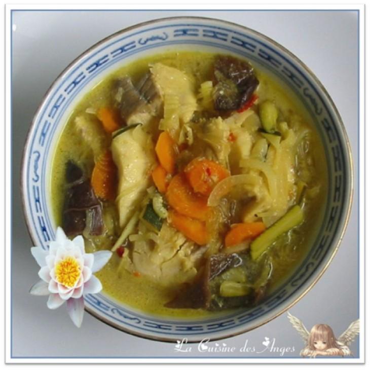 recette de soupe de poisson au lait de coco avec des champignons noirs, des vermicelles de riz, des carottes et des épices
