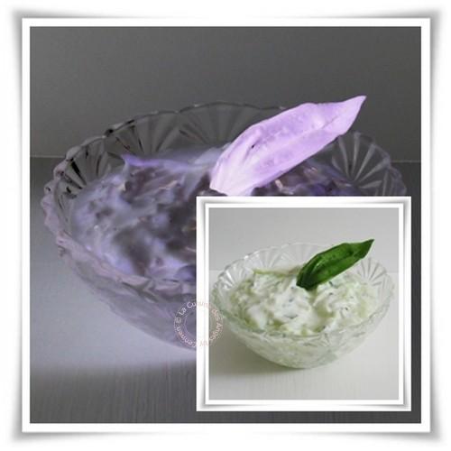Sauce à base de concombre râpé, yaourt à la grecque, ail et basilic