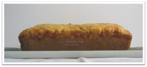 Recette de cake salé à base de fromage Bleu d'Auvergne et Gruyère, parfumé à l'huile d'olive, garni de saucisses de Francfort ou de Knacky et de noix
