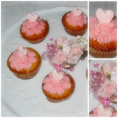 recette de cupcakes à la vanille fourrés de confit de roses,  toping au beurre et au sucre glace parfumé à la rose