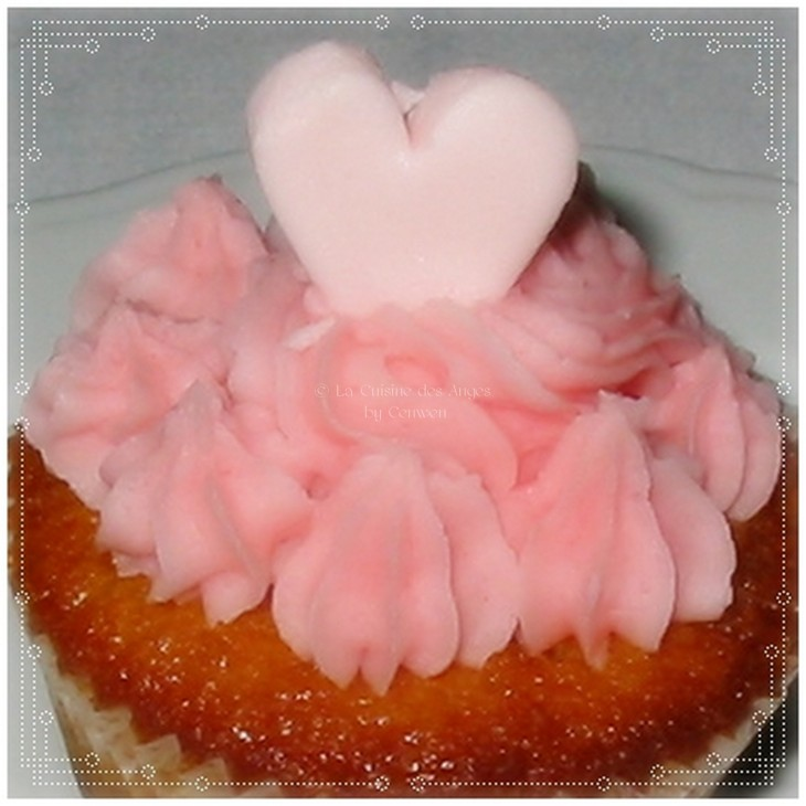 Recette de cupackes ç la rose, cupcakes fourrés à la confiture de pétales de roses, toping beurre et sucre galce parfumé à la rose
