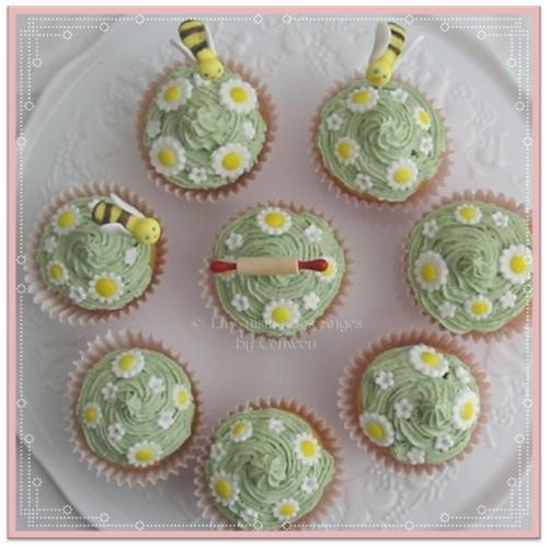 recette de cupcakes à la vanille, fourré à la gelée de groseilles, toping au beurre parfumé à l'amande, décoré de pâquerettes et d'abeilles, série Pushing Daisies