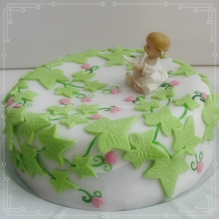 recette de gâteau au yaourt parfumé à la framboise et  décoré en pâte à sucre blanche avec des feuilles de lierre