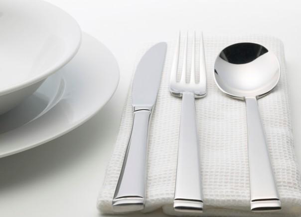 Assiette blanche et couverts