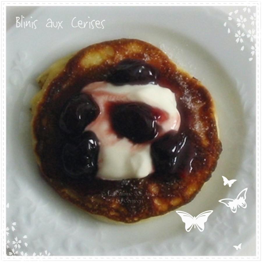 Recette de blinis, petite crèpe épaisse accompagnée de confiture de cerises noires et de crème fraiche