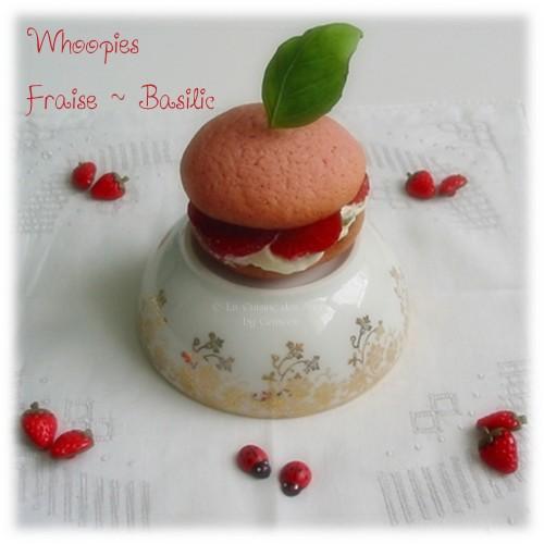 Whoopies aux Fraises et Basilic, coques sablées roses, garnies de crème aux petits suisses et basilic, et de fraises