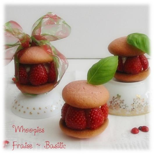 Whoopies Fraises et Basilic, coques sablées roses, garnies de crème aux petits suisses parfumés au basilic et décorées de fraises