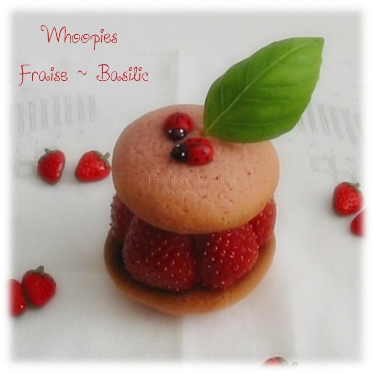 Whoopies aux Fraises et au Basilic, coques sablées roses garnies de crème aux petits suisses et au basilic, fraises,