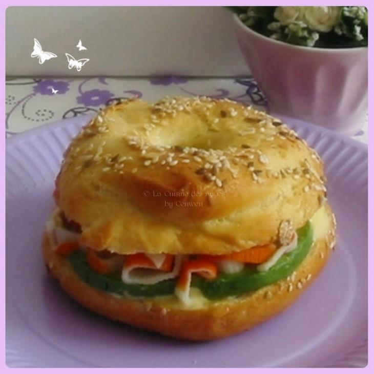 Bagels, recette de petits pains ronds américains, garnis d'une préparation Avocat Surimi Coriandre et Mayonnaise