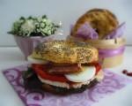 recette de bagels, petits pains ronds américains, garnis de tomate, poulet, lard grillé, oeuf , salade et mayonnaise