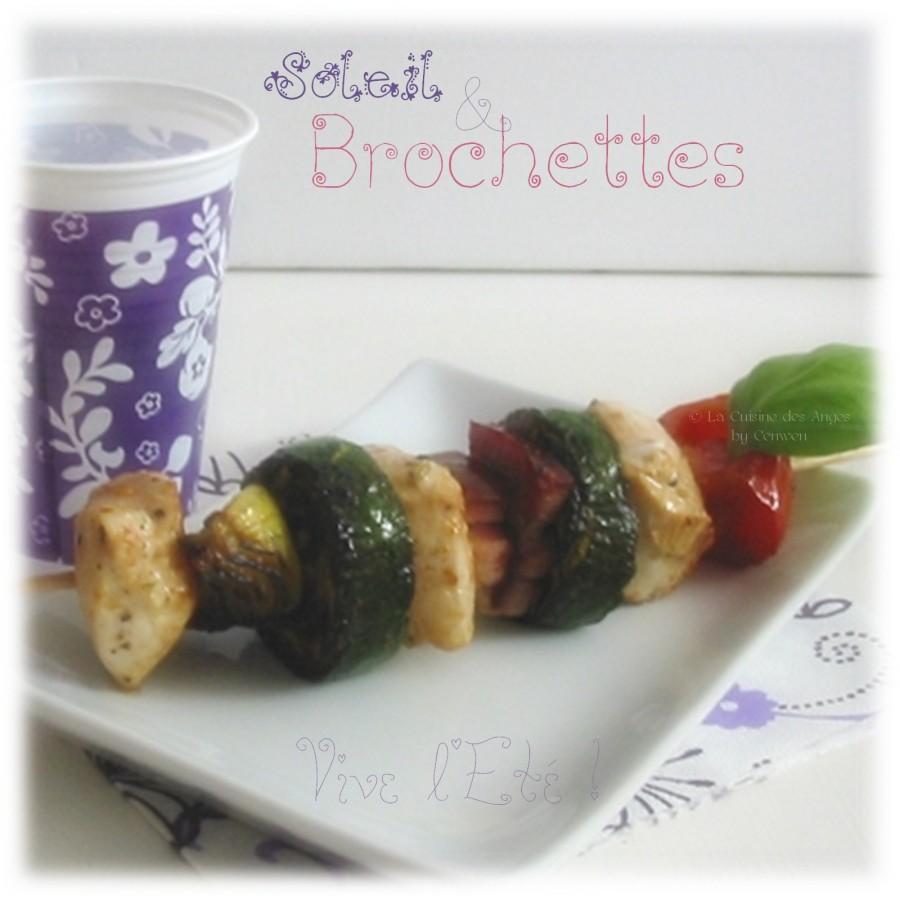 Recette de brochettes de poulet aux légumes, tomate, courgette et oignon, avec du lard.