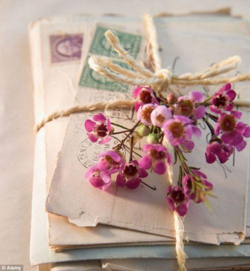 Lettres anciennes et fleurs - source inconnue