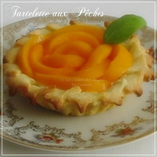 Dessert petite tarte aux pêches sur base de pâte sablée sucrée, crème ricotta, petits suisses et basilic