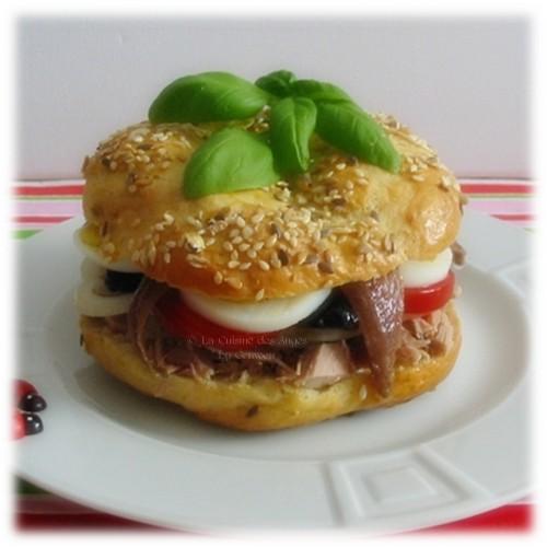 Recette de bagels garni comme un pan bagnat de thon, anchois, tomate, oeuf dur