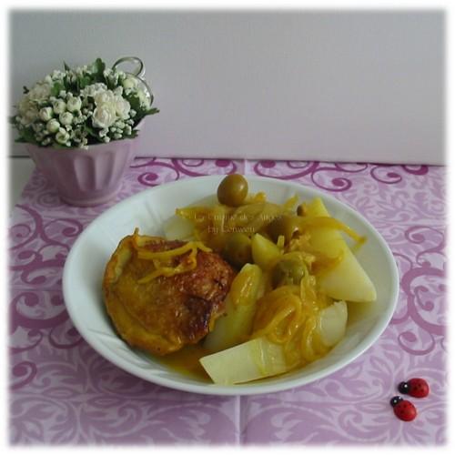 recette detajine au poulet, citron et olives vertes, avec des oigons, du cucurma et des pommes de terre