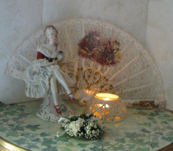 """Eventail blanc, poupée ancienne en porcelaine """"biscuit"""" et bougie"""