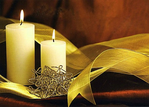 Préparer Noël et Nouvel An avec un petit budget, bougies, étoile et rubans dorés