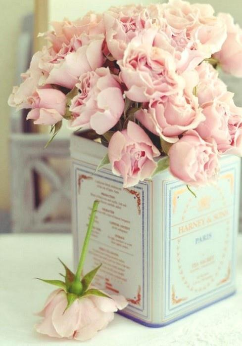 Bouquet de fleurs rose dans une boîte carrée ancienne
