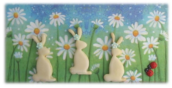 Petits gâteaux en pâte sablée, en forme de lapins pour Pâques, recouvert d'un glaçage avec une petite fleur