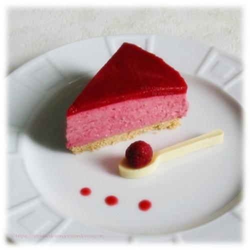 recette classique de bavarois aux framboises / fruits rouges avec du fromage blanc, du siro de rose, sur un fond de biscuits petits beurre de Lu et une cuillère en chocolat blanc