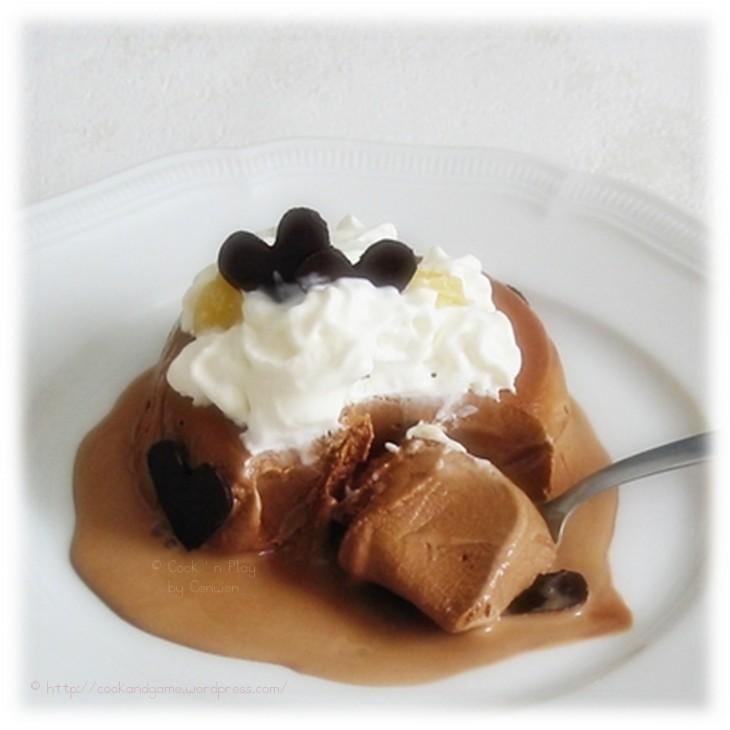 recette de glace maison au chocolat noir, crème chantilly et petits coeurs en chocolat noir
