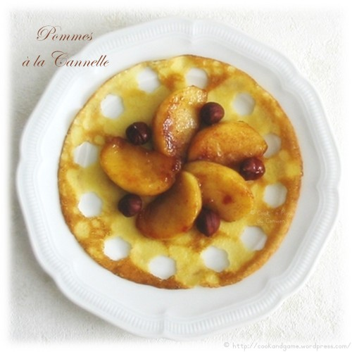 Recette de dessert, pommes rôties au beurre avec du sucre et de la cannelle