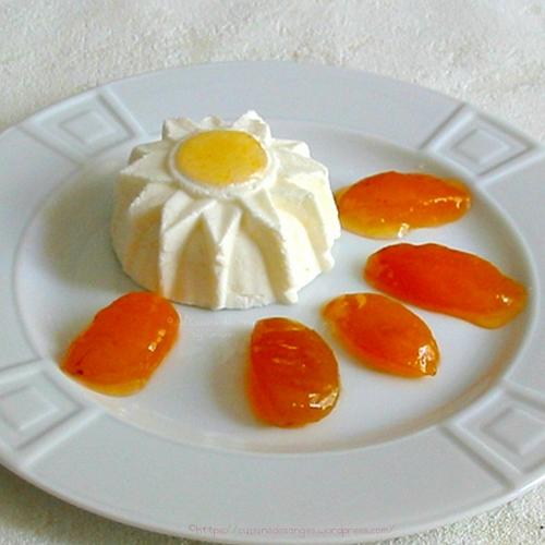 recette de blanc-manger, dessert au fromage blanc avec du sucre et de la vanille, accompagné de confiture d'abricots faite maison