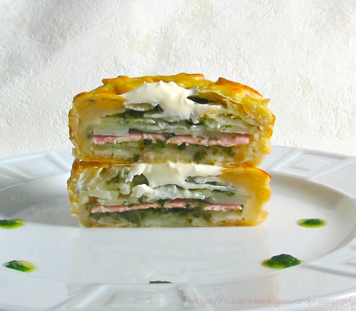 recette de la tourte feuilletée aux pommes de terre avec du jambon, de l'ail du persil et de la crème fraiche