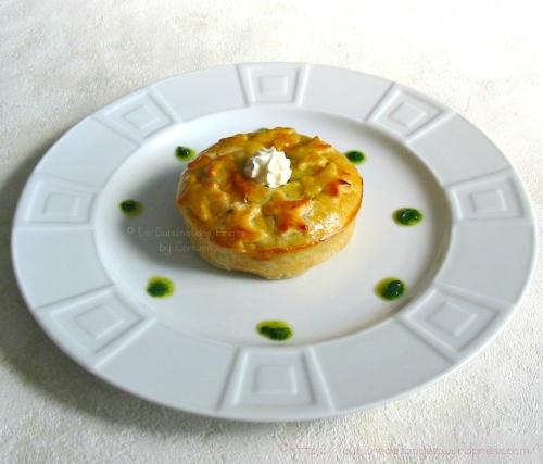 recette économique de tourte avec des pommes de terre, du jambon, de l'ail et du persil dans de la pâte feuilletée