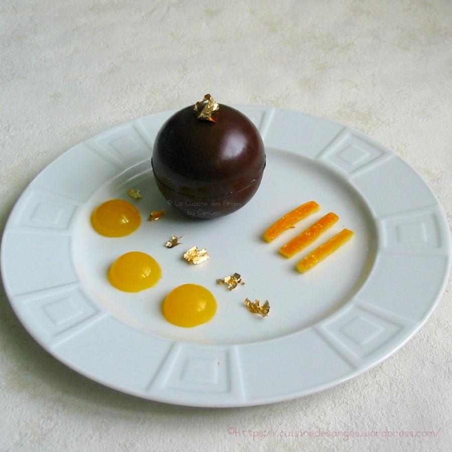 Mousse au chocolat noir et écorces d'oranges confites en coque dechocolat