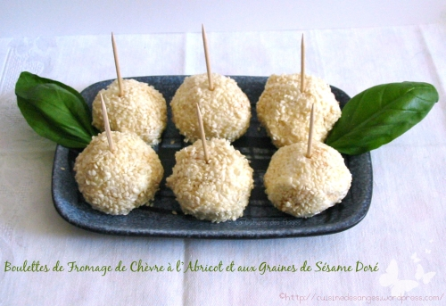 Recette économique pour l'apéritif à base de fromage de chèvre et de dés d'abricots secs, formés en boulette et roulés dans des graines de sésame doré