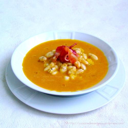recette de soupe à base de potiron, poireaux, carottes et céleri, avec des haricots blancs et du lard