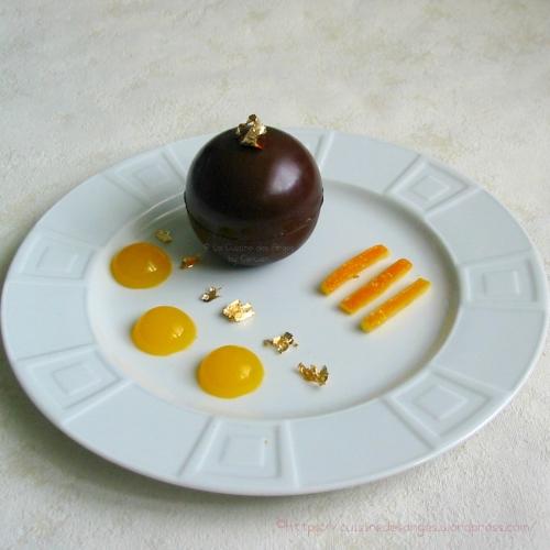 recette de mousse au chocolat avec des écorces d'oranges confites dans une coque en chocolat noir
