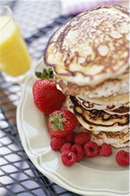 photo de pancakes, crêpes épaisses accompagnées de fraises
