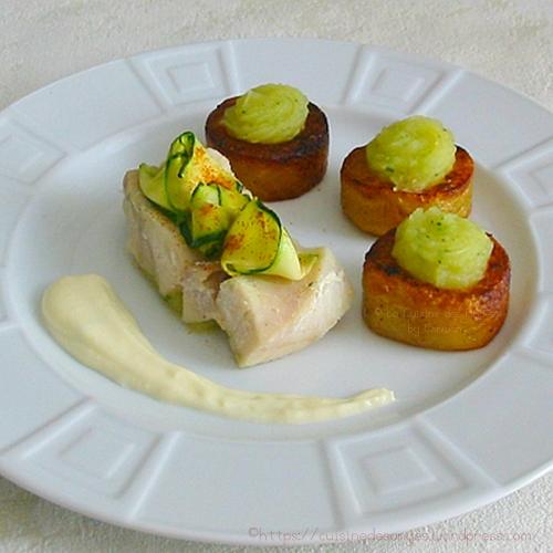 Recette économique de poisson au court bouillon avec une sauce au citron et à la crème avec une purée de courgettes et pommes de terre