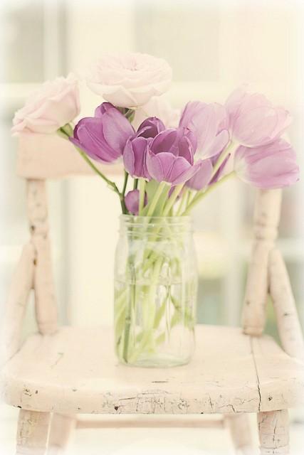 bouquet de fleurs mauves dans un vase transparent
