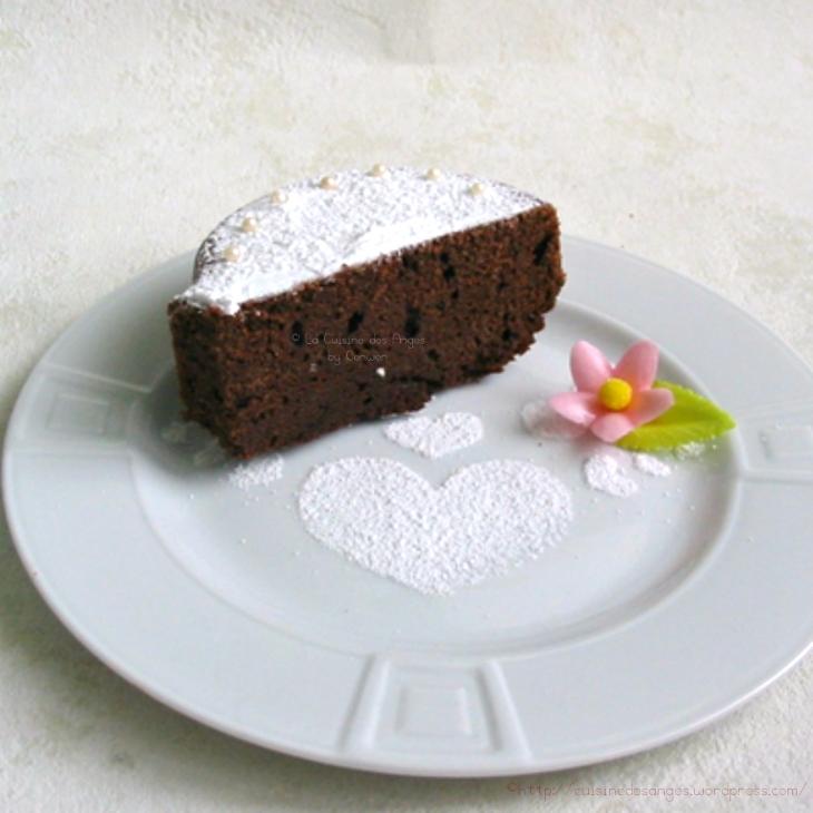 recette simple de gâteau au chocolat ave de la crème fraiche et un décor de sucre glace et de perles en sucre