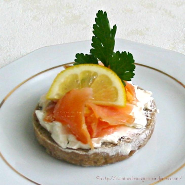 Recette de pain de seigle avec des graines de tournesol garni de fromage frais et de saumon fumé