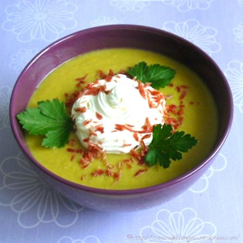 recette économique de soupe de légumes avec des pois cassés, poireaux, carotte et du céleri