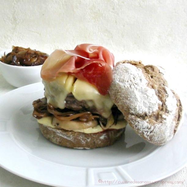 hamburger maison au saint nectaire, avec des oignons caramélisés et des champignons