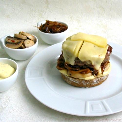 recette de burger maison avec du fromage St Nectaire, des champignons et des oignons caramélisés